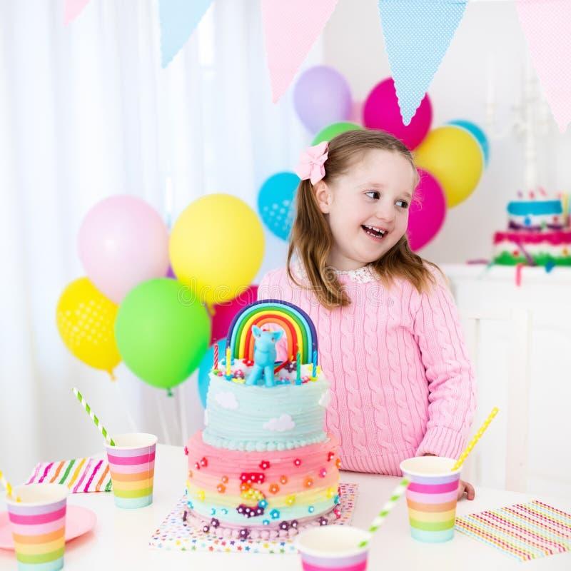 Embroma la fiesta de cumpleaños con la torta imágenes de archivo libres de regalías
