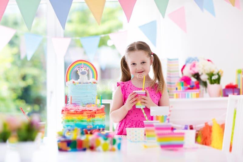 Embroma la fiesta de cumpleaños Niña con la torta fotos de archivo libres de regalías