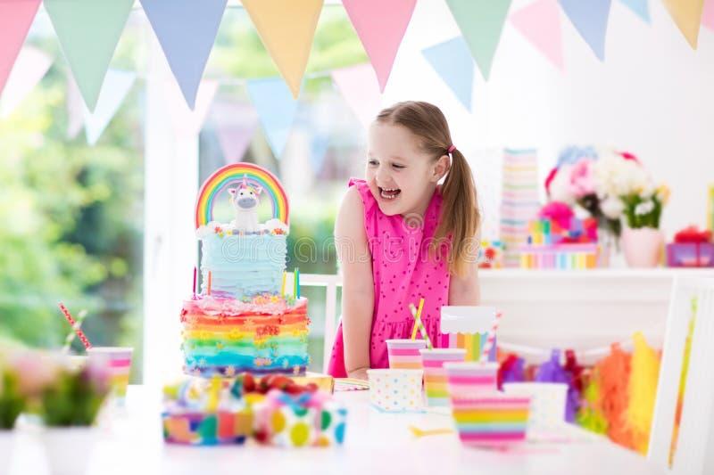 Embroma la fiesta de cumpleaños Niña con la torta imagen de archivo