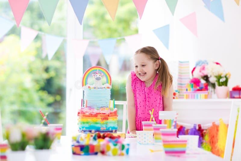 Embroma la fiesta de cumpleaños Niña con la torta imagen de archivo libre de regalías