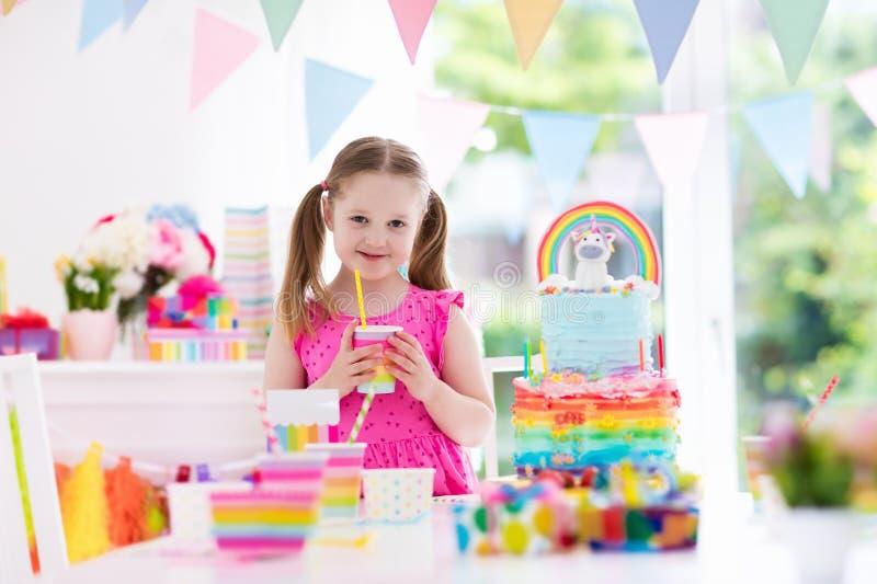 Embroma la fiesta de cumpleaños Niña con la torta imagenes de archivo