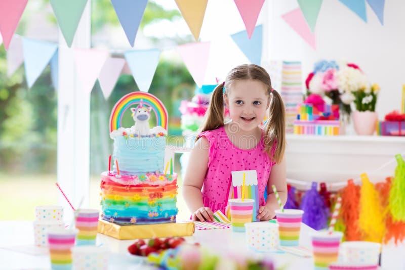 Embroma la fiesta de cumpleaños Niña con la torta foto de archivo libre de regalías