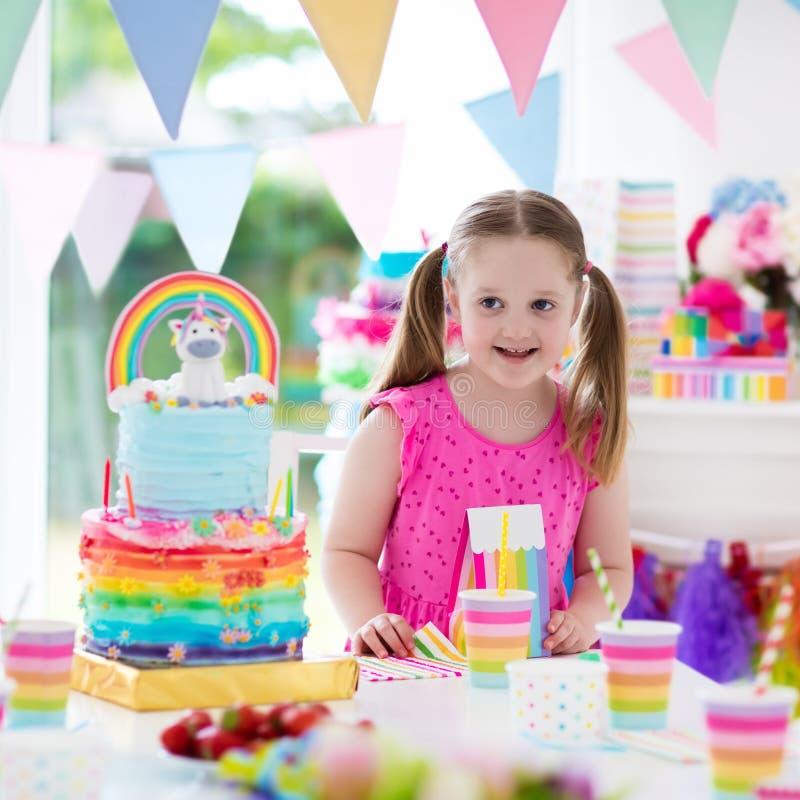Embroma la fiesta de cumpleaños Niña con la torta imágenes de archivo libres de regalías