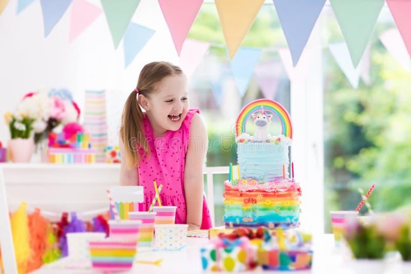 Embroma la fiesta de cumpleaños Niña con la torta foto de archivo
