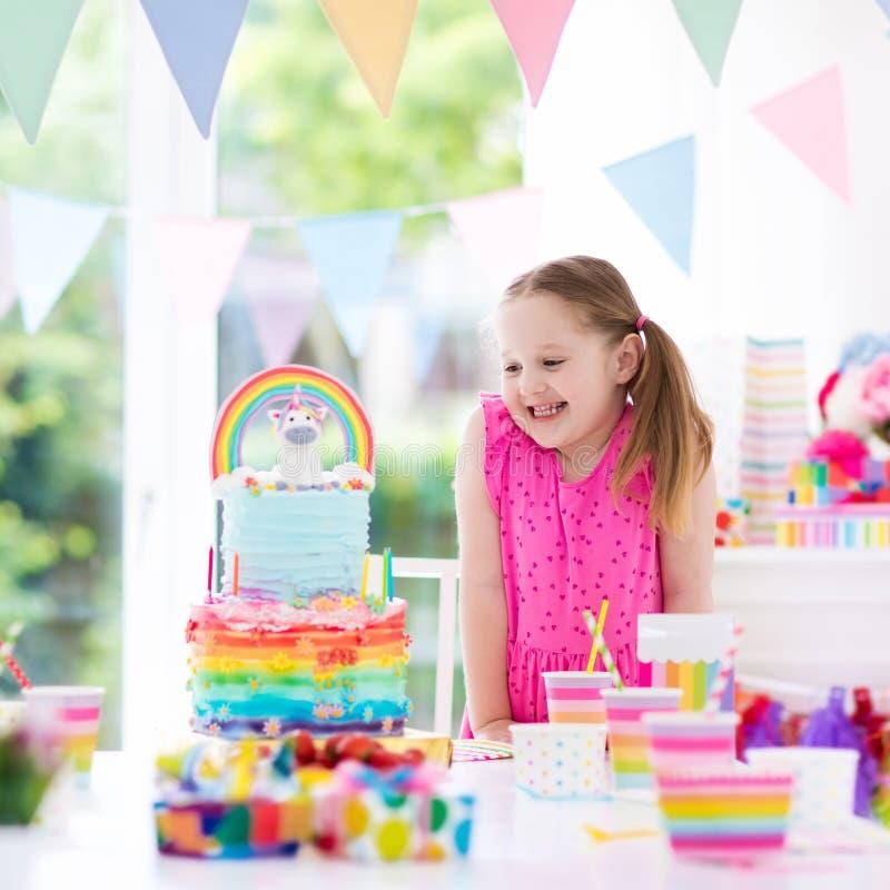 Embroma la fiesta de cumpleaños Niña con la torta fotos de archivo
