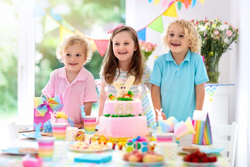 Embroma la fiesta de cumplea?os Velas de la torta del soplo de los ni?os fotografía de archivo