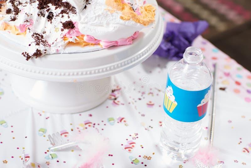 Embroma la tabla de la fiesta de cumpleaños con la torta cremosa fotos de archivo libres de regalías