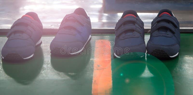 Embroma la zapatilla deportiva fotos de archivo libres de regalías