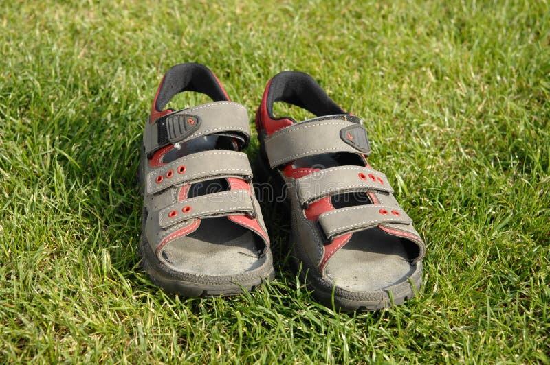 Embroma las sandalias del verano imagenes de archivo