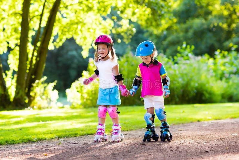 Embroma patinaje sobre ruedas en parque del verano foto de archivo libre de regalías