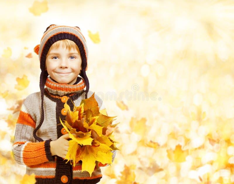 Embrome a Autumn Fashion Season, niño en la ropa de la chaqueta del sombrero, ingenio del muchacho fotos de archivo libres de regalías