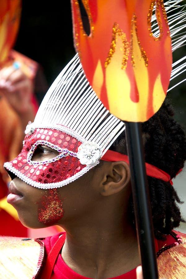 Embrome desgastar una máscara de la pluma, carnaval de Notting Hill imagenes de archivo