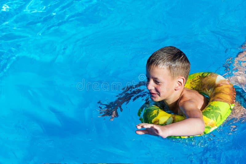 Embrome divertirse en la piscina en el anillo inflable Diversión de las vacaciones de verano fotografía de archivo libre de regalías