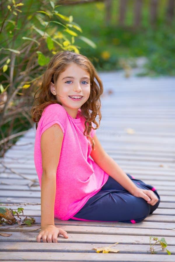 Embrome a la muchacha en otoño que sonríe con el aparato de los dientes de los apoyos imagenes de archivo