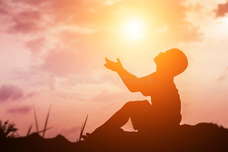 Embrome la silueta, momentos de la alegr?a del ` s del ni?o En la puesta del sol de la naturaleza foto de archivo libre de regalías