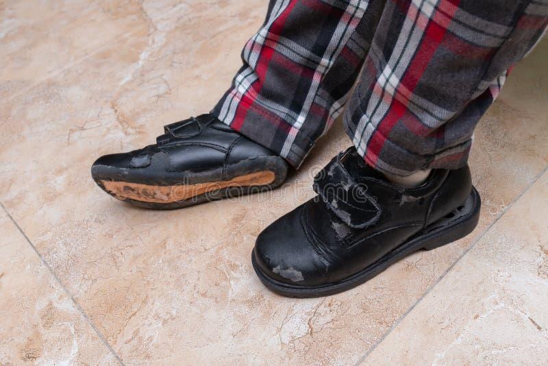 Embrome los pares que llevan de zapatos de cuero gravemente quebrados fotografía de archivo libre de regalías