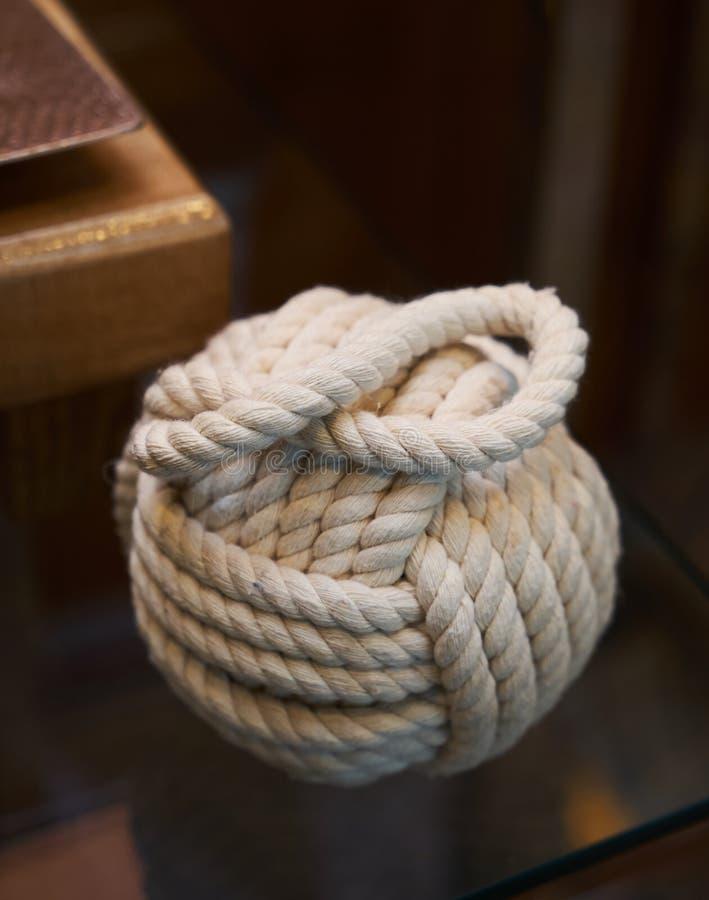Embrouillement de boule de corde sur un fond en verre de table photographie stock