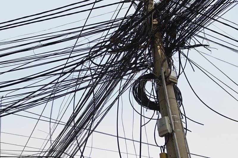 Embrouillement des fils électriques sur la puissance Polonais photos stock