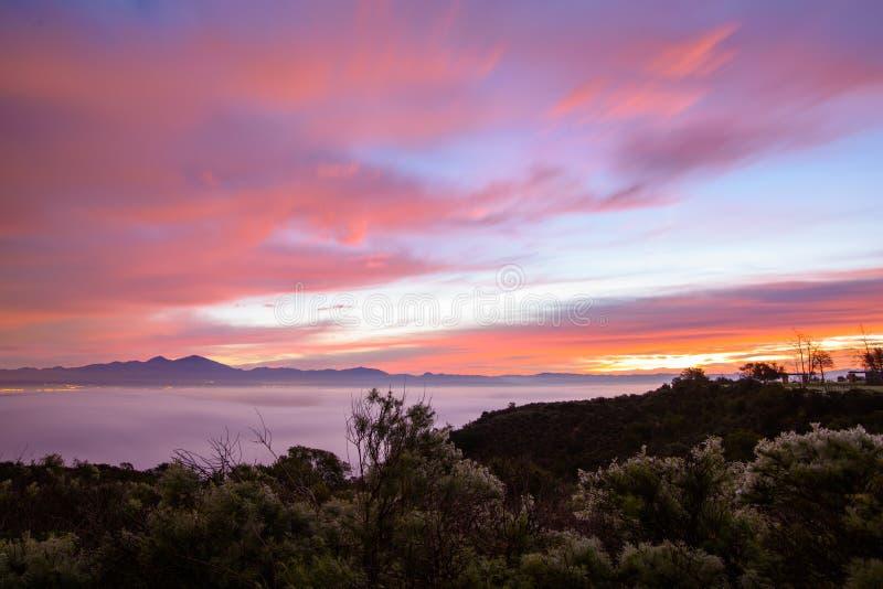 Embrumez couvrir le paysage au lever de soleil dans le Laguna Beach, la Californie image libre de droits