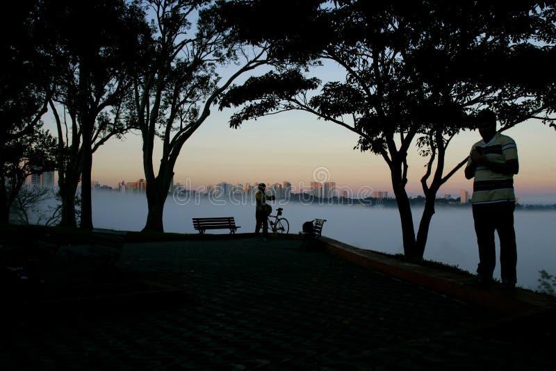 Embrumez dans l'aube de la ville de Sao Jose Dos Campos, images libres de droits