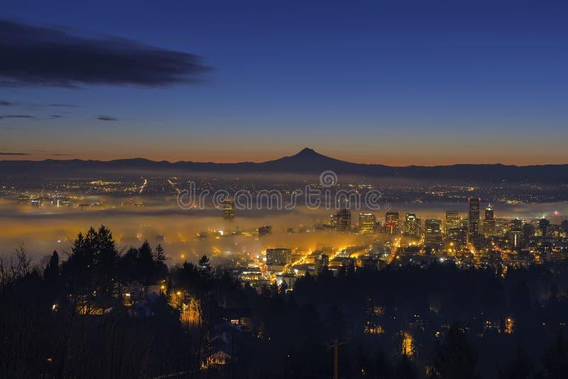 Embrumez le roulement dedans à l'aube au-dessus du paysage urbain de Portland photos stock