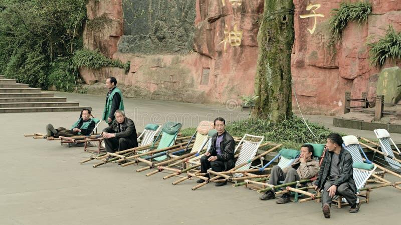 Emei China-alguns homens é contratado na barra de corrediça foto de stock