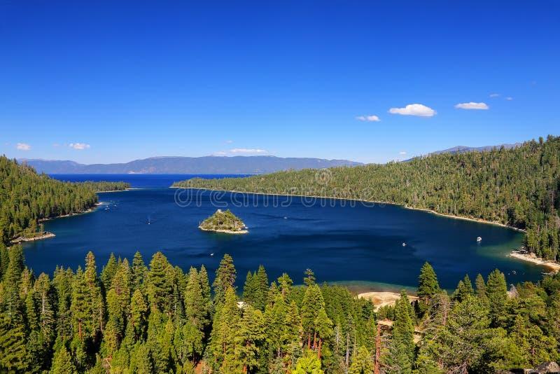 Emerald Bay em Lake Tahoe com Fannette Island, Califórnia, EUA foto de stock