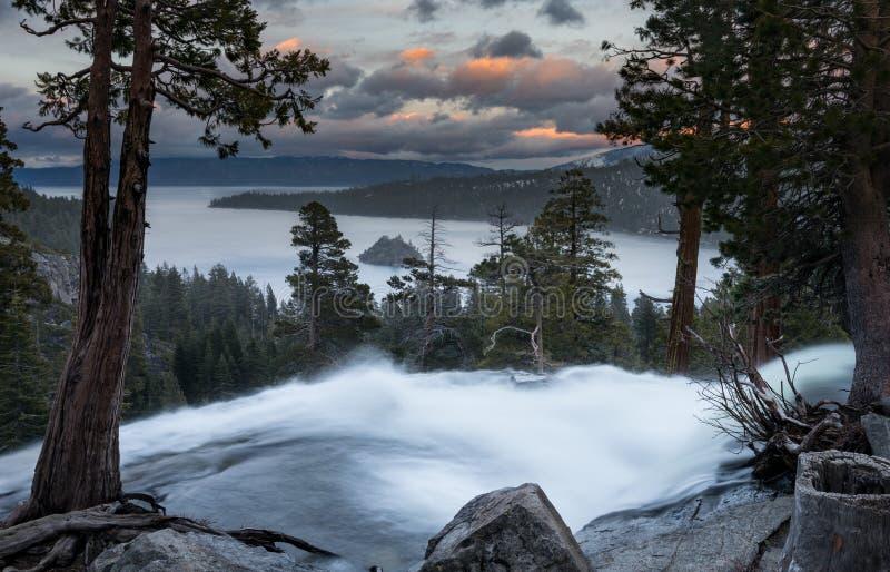 Emerald Bay en el lago Tahoe con Eagle Falls más bajo foto de archivo