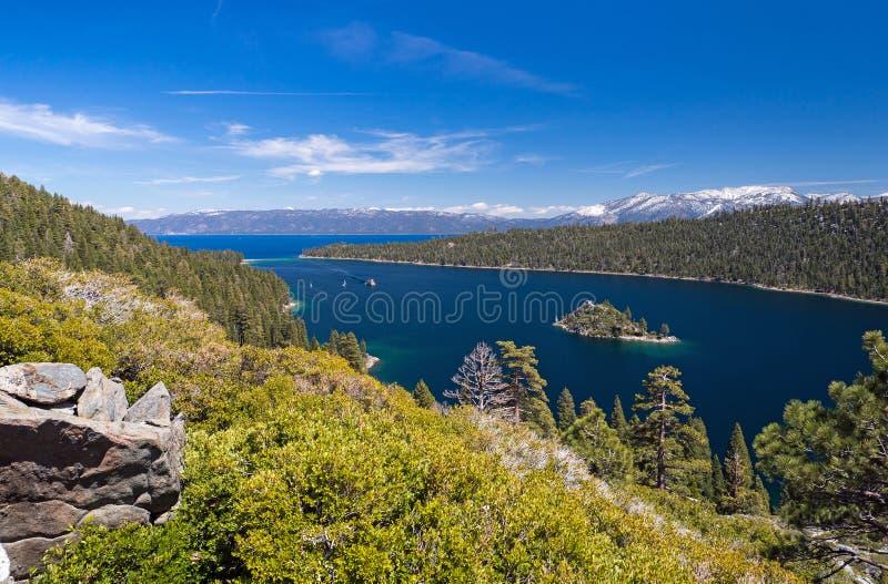 Emerald Bay på Lake Tahoe med bakgrund av snöberg, Cal royaltyfri foto