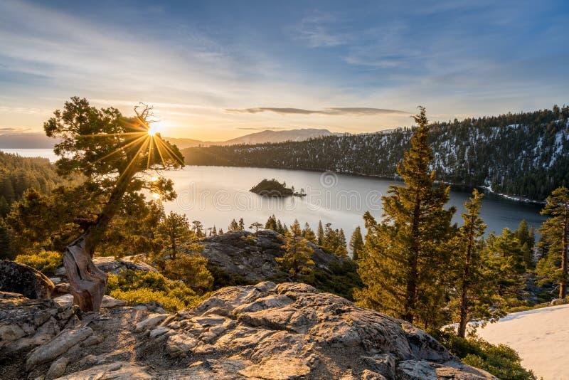 Emerald Bay sur le lac Tahoe avec la neige sur des montagnes photographie stock