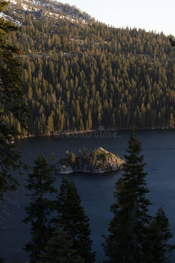 Emerald Bay und Fannette Island bei Sonnenaufgang, Süd-Lake Tahoe, Kalifornien, Vereinigte Staaten lizenzfreie stockfotos