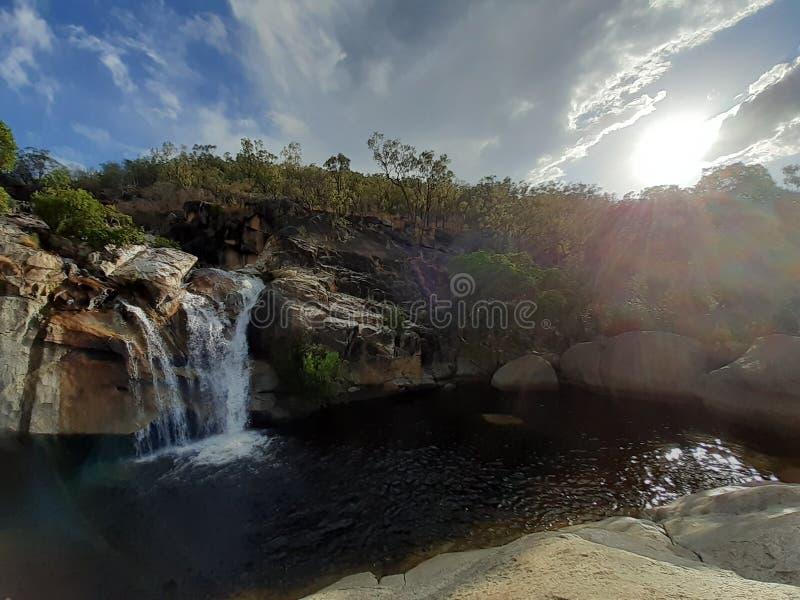 Emerald Creek Australia valt onder de natuur stock afbeeldingen