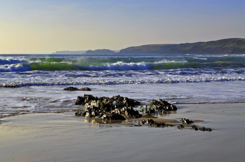 Emerald Green Waves Crashing naar de overzeese kust stock afbeeldingen