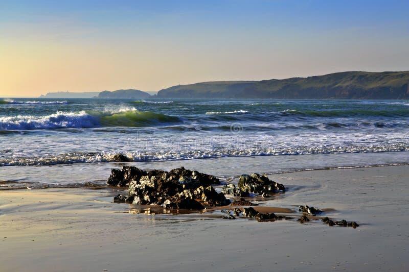 Emerald Green Waves Crashing naar de overzeese kust stock afbeelding