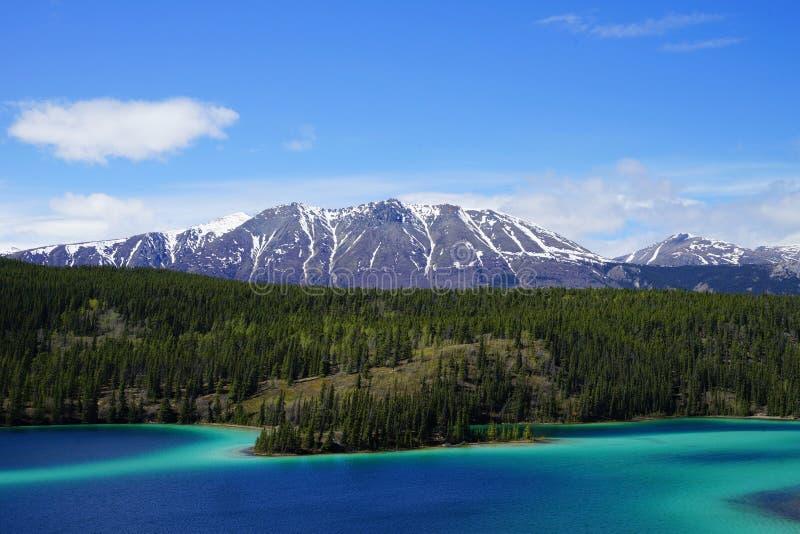 Emerald Lake, el Yukón, Canadá con las montañas y bosque en el fondo imagenes de archivo