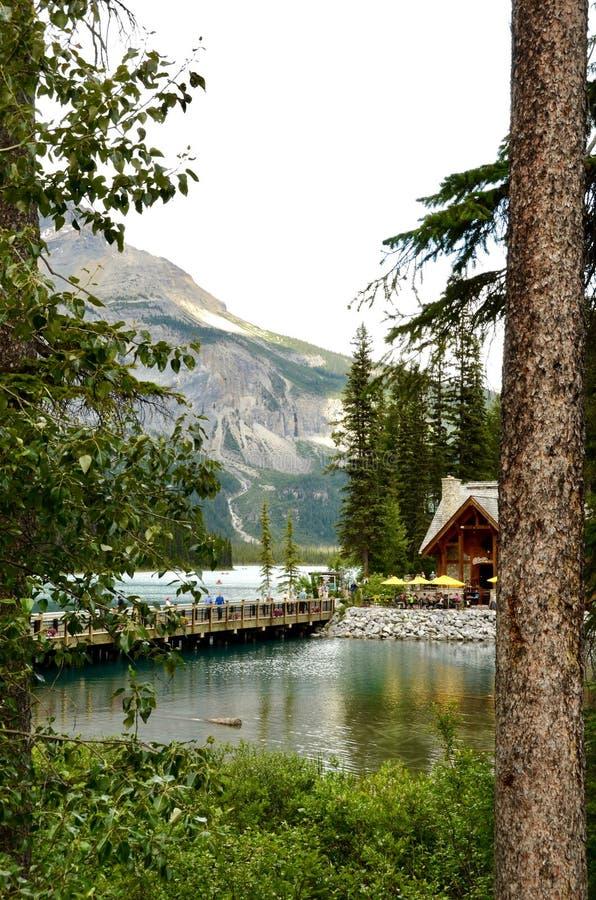 Emerald Lake fijó contra las montañas rocosas foto de archivo libre de regalías