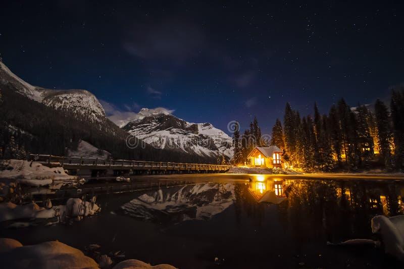 Emerald Lake Lodge på natten royaltyfri foto