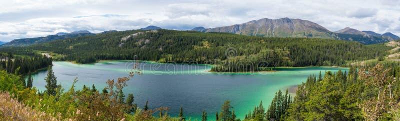 Emerald Lake sob o céu nebuloso em Yukon Canadá fotos de stock royalty free