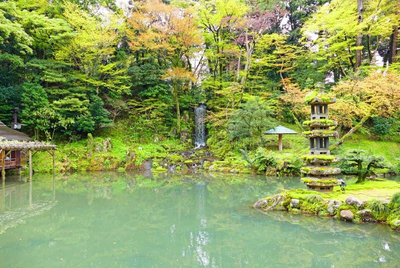 Emerald Pond e cascata al giardino di Kenrokuen del giapponese a Kanazawa, Giappone fotografia stock