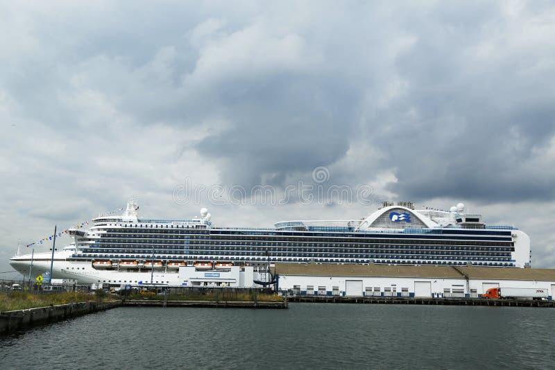 Emerald Princess Cruise Ship anslöt på den Brooklyn kryssningterminalen arkivbilder