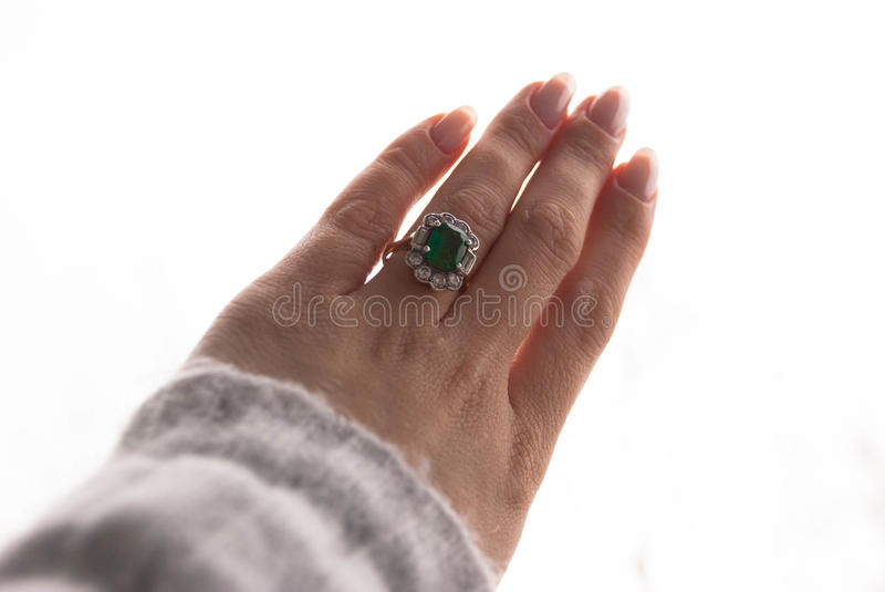 Emerald Ring antika smycken, proper manikyr, hand i luften arkivbilder