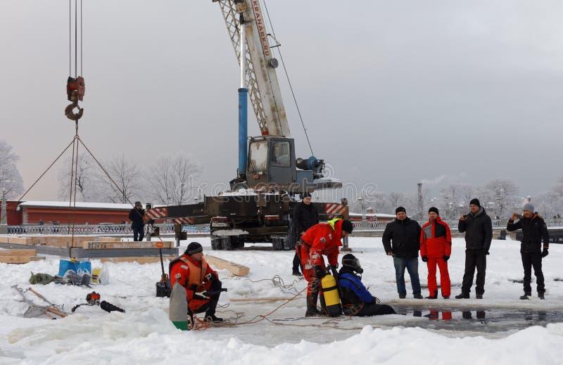 圣彼德堡,俄罗斯- 2016年1月17日:emercom职员修造冰孔在耶稣洗礼的图片