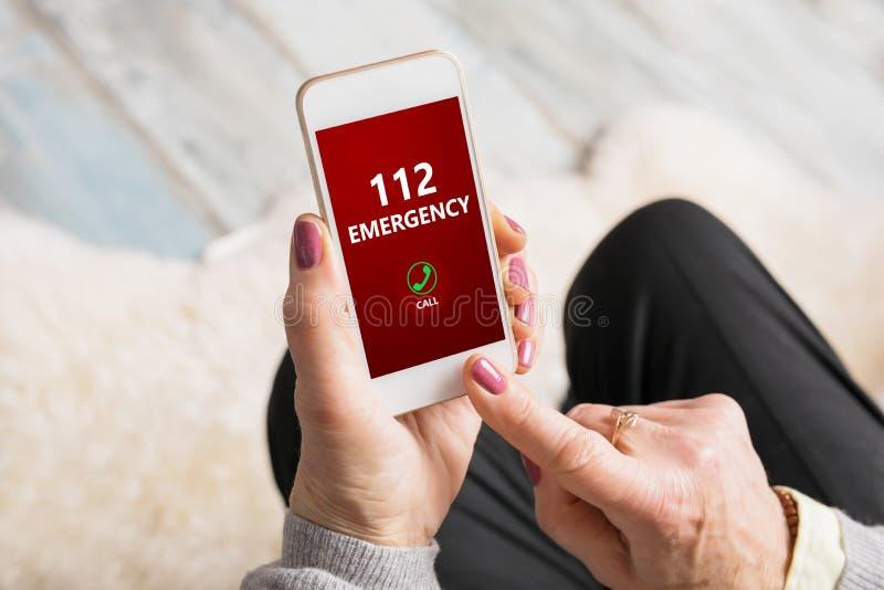Emergência discada número 112 da mulher adulta no telefone fotos de stock