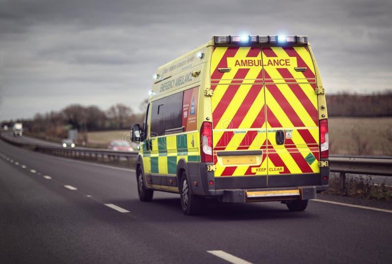 Emergencia de la ambulancia en el camino de la autopista fotos de archivo libres de regalías