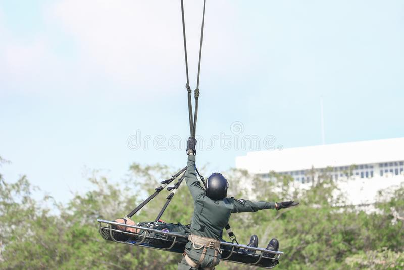 Emergenza di salvataggio del soldato in elicottero dell'esercito con la corda su cielo blu fotografie stock