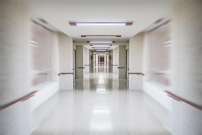 emergenze, spazio pulito ed igienico bianco del corridoio dell'ospedale, fotografia stock libera da diritti