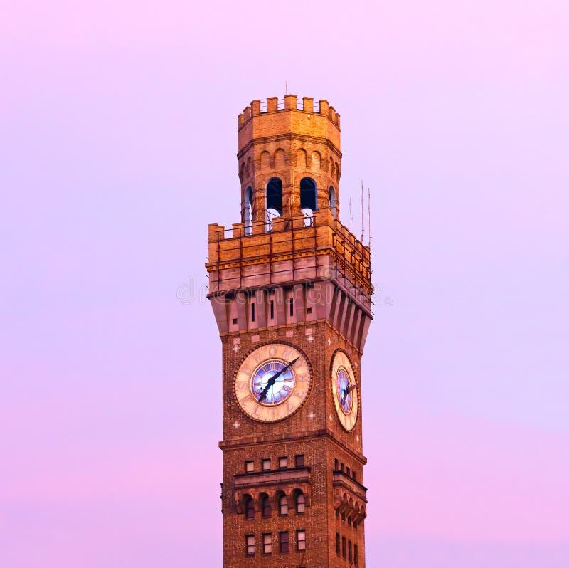 Emerson Bromo-Seltzer Tower i den tidiga vintermorgonen arkivfoto