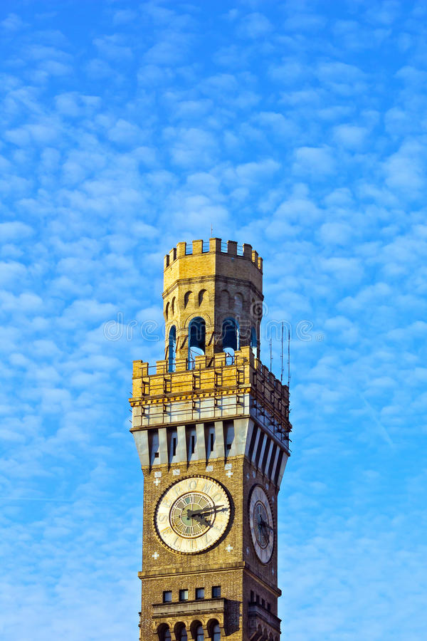 Emerson Bromo-Seltzer Tower under molnig blå himmel royaltyfri fotografi
