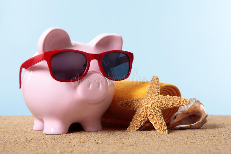 Emerytura planowanie, pieniężna wolność, prosiątko banka plaży wakacje zdjęcia stock