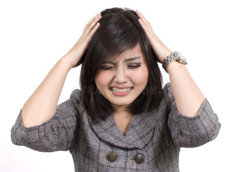 Emicrania asiatica della donna di affari fotografia stock